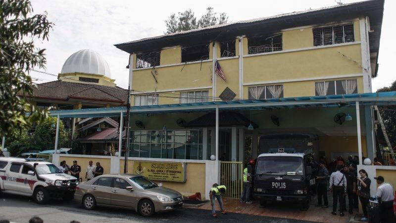 Kuala Lumpur, 2017. szeptember 14. Rendõrautók állnak egy bentlakásos vallási iskola bejáratában Kuala Lumpurban, ahol huszonnégyen meghaltak, miután tûz ütött ki az épület harmadik emeletén 2017. szeptember 14-én hajnalban. (MTI/EPA/Fazry Ismail)