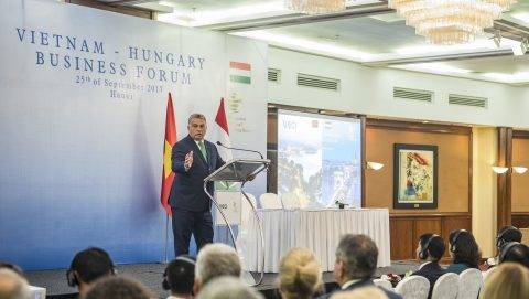 Hanoi, 2017. szeptember 25. A Miniszterelnöki Sajtóiroda által közzétett képen Orbán Viktor miniszterelnök beszédet mond a magyar-vietnami üzleti fórumon Hanoiban 2017. szeptember 25-én. MTI Fotó: Miniszterelnöki Sajtóiroda / Szecsõdi Balázs