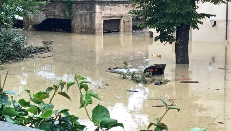 Livorno, 2017. szeptember 10. Teljesen elmerült jármû egy vízzel eláraszott utcán az olaszországi Livornóban 2017. szeptember 10-én, a toszkánai városra lesújtó éjszakai vihar után. A természeti katasztrófában hatan meghaltak, többen eltûntek. (MTI/EPA/Alessio Novi)