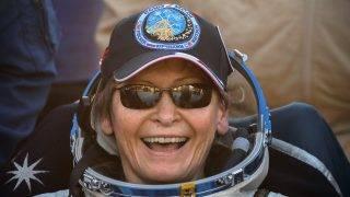 Dzsezkazgan, 2017. szeptember 3. Peggy Whitson amerikai ûrhajós, miután az orosz Szojuz MS-04 ûrhajó leszállóegységével Jack Fischer amerikai, valamint Fjodor Jurcsihin orosz ûrhajós társaságában földet ért a kazahsztáni sztyeppén, Dzsezkazgan térségében 2017. szeptember 3-án. Az 57 éves Peggy Whitson a legidõsebb aktív nõi ûrhajósként 665 napot töltött a Földön kívül, összesen 10 ûrsétát végzett el, és õ az elsõ nõ, aki már kétszer volt parancsnoka a Föld körül keringõ Nemzetközi Ûrállomásnak. (MTI/EPApool/Szergej Ilnyickij)