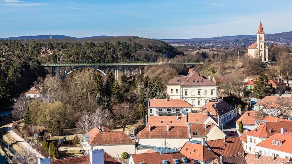Veszprém, 2017. február 26. Kilátás a veszprémi várból a Szent István völgyhídra és a Szent László templomra.  MTVA/Bizományosi: Faludi Imre  *************************** Kedves Felhasználó! Ez a fotó nem a Duna Médiaszolgáltató Zrt./MTI által készített és kiadott fényképfelvétel, így harmadik személy által támasztott bárminemû – különösen szerzõi jogi, szomszédos jogi és személyiségi jogi – igényért a fotó készítõje közvetlenül maga áll helyt, az MTVA felelõssége e körben kizárt.