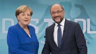 Berlin, 2017. szeptember 3. A WDR német televíziócsatorna által közreadott képen Angela Merkel német kancellár, a Kereszténydemokrata Unió (CDU) elnöke (b) és kihívója, Martin Schulz, a német Szociáldemokrata Párt (SPD) vezetõje és kancellárjelöltje kezet fog a televíziós vitájukon 2017. szeptember 3-án. A parlamenti választásokat szeptember 24-én tartják Németországban. (MTI/AP/WDR/Herby Sachs)