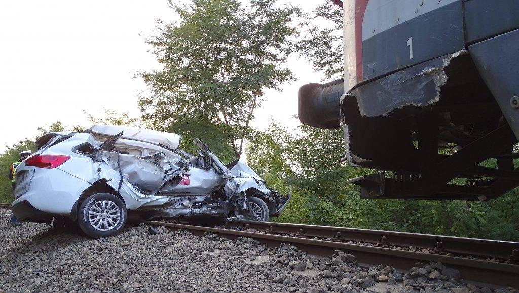 Hódmezõvásárhely, 2017. szeptember 28. Összeroncsolódott személyautó Hódmezõvásárhely és Kopáncs között, ahol összeütközött a Békéscsabáról Szegedre tartó személyvonattal 2017. szeptember 28-án. A személyautó vezetõje súlyos sérüléseket szenvedett, ellátására mentõhelikopter érkezett a helyszínre, a vonaton nem sérült meg senki. MTI Fotó: Donka Ferenc