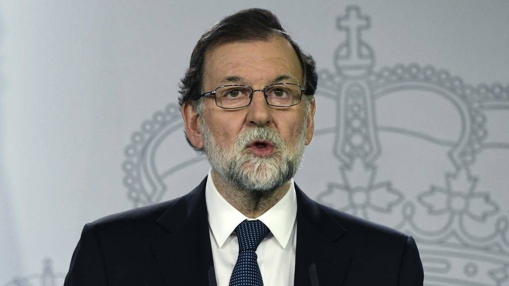"""Spanish Prime Minister Mariano Rajoy speaks during a press conference at La Moncloa palace in Madrid on October 1, 2017.  Spanish riot police firing rubber bullets forced their way into activist-held polling stations in Catalonia today as thousands turned out to vote in an independence referendum banned by Madrid. At least 92 people were confirmed injured in clashes out of a total of 465 who went to hospital, emergency services said, as police cracked down on a vote the Spanish central government branded a """"farce"""".   / AFP PHOTO / JAVIER SORIANO"""
