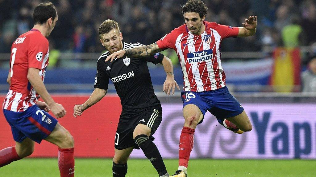 Qarabag's midfielder from Brazil Pedro Henrique and Atletico Madrid's defender from Croatia Sime Vrsaljko vie for the ball during the UEFA Champions League Group C football match between Qarabag FK and Club Atletico de Madrid in Baku on October 18, 2017. / AFP PHOTO / Alexander NEMENOV