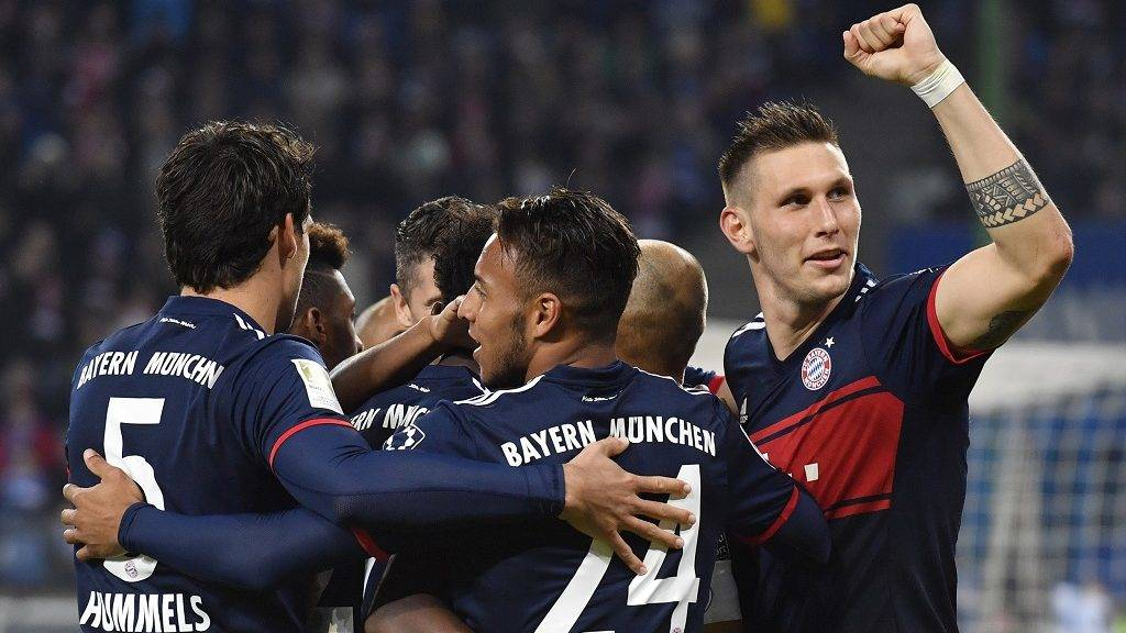 Bayern Munich's French midfielder Corentin Tolisso (front) celebrates scoring with teammates during the German first division Bundesliga football match between Hamburg SV and FC Bayern Munich in Hamburg, northern Germany, on October 21, 2017. / AFP PHOTO / John MAC DOUGALL AND JOHN MACDOUGALL / RESTRICTIONS: DURING MATCH TIME: DFL RULES TO LIMIT THE ONLINE USAGE TO 15 PICTURES PER MATCH AND FORBID IMAGE SEQUENCES TO SIMULATE VIDEO. == RESTRICTED TO EDITORIAL USE == FOR FURTHER QUERIES PLEASE CONTACT DFL DIRECTLY AT + 49 69 650050