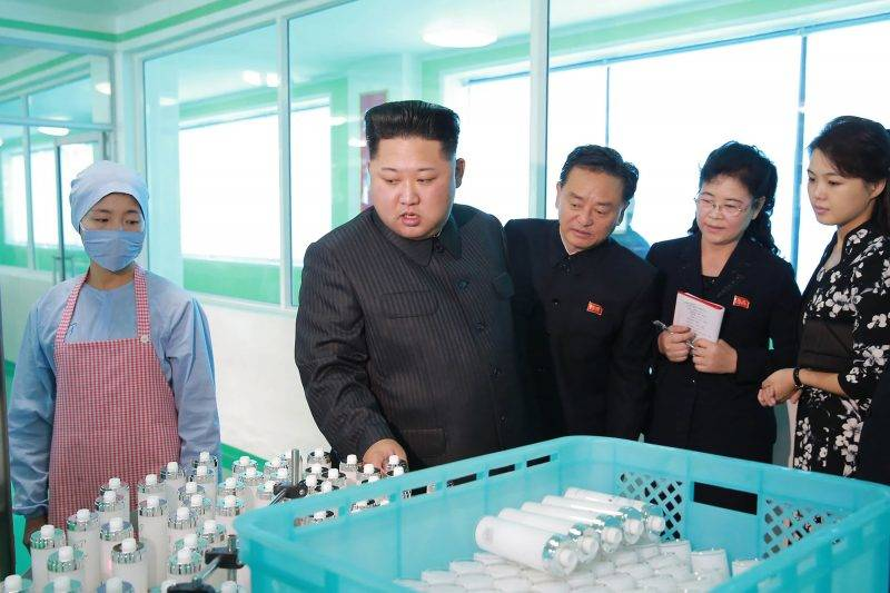 """This undated picture released from North Korea's official Korean Central News Agency (KCNA) on October 29, 2017 shows North Korean leader Kim Jong-Un (2nd L) inspecting the Pyongyang Cosmetics Factory, as his wife Ri Sol-Ju (R) looks on. / AFP PHOTO / KCNA VIA KNS / STR / South Korea OUT / REPUBLIC OF KOREA OUT   ---EDITORS NOTE--- RESTRICTED TO EDITORIAL USE - MANDATORY CREDIT """"AFP PHOTO/KCNA VIA KNS"""" - NO MARKETING NO ADVERTISING CAMPAIGNS - DISTRIBUTED AS A SERVICE TO CLIENTS THIS PICTURE WAS MADE AVAILABLE BY A THIRD PARTY. AFP CAN NOT INDEPENDENTLY VERIFY THE AUTHENTICITY, LOCATION, DATE AND CONTENT OF THIS IMAGE. THIS PHOTO IS DISTRIBUTED EXACTLY AS RECEIVED BY AFP.  /"""