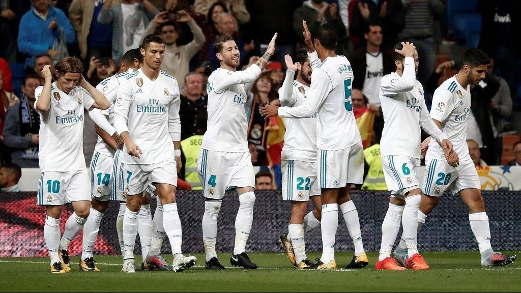 MADRID, SPAIN - OCTOBER 22: Marco Asensio (R) of Real Madrid celebrates with his teammates after scoring during a La Liga match between Real Madrid and Eibar at Santiago Bernabeu Stadium on October 22, 2017 in Madrid, Spain. Burak Akbulut / Anadolu Agency