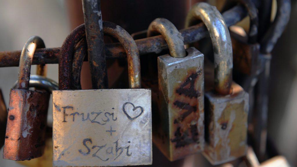 Miskolc, 2016. február 7. Névvel ellátott lakatok a Miskolc belvárosán átfolyó Szinva patak egyik gyalogos hídján elhelyezett szerelemlakatok között. A pécsi szerelemlakat kerítés mintájára a híd korlátjára már csaknem 1000 lakat került. A lakat felpattintása után a kulcsot  a szerelmesek a patakba dobják. MTVA/Bizományosi: Oláh Tibor  *************************** Kedves Felhasználó! Ez a fotó nem a Duna Médiaszolgáltató Zrt./MTI által készített és kiadott fényképfelvétel, így harmadik személy által támasztott bárminemû – különösen szerzõi jogi, szomszédos jogi és személyiségi jogi – igényért a fotó készítõje közvetlenül maga áll helyt, az MTVA felelõssége e körben kizárt.