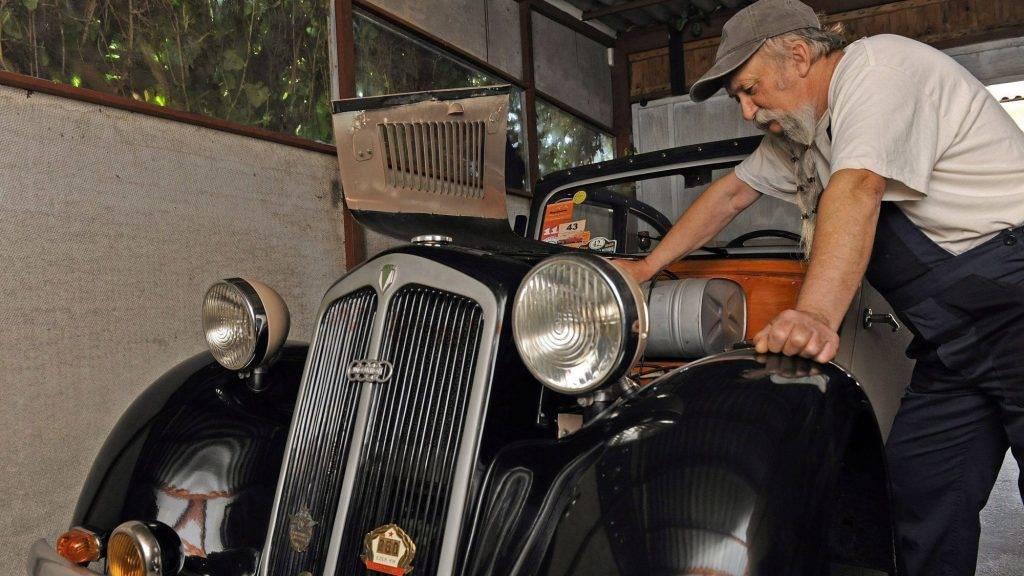 Debrecen, 2016. május 26. Nagy Sándor debreceni nyugdíjas - aki 1945 elõtt gyártott autókat, motorokat gyûjt és restaurál - egy 1937-ben gyártott és általa felújított DKW Auto Union személyautó motorját ellenõrzi.  A restaurátor a régi alkatrészeket felújítja, a hiányzókat újra elkészíti. Egy-egy jármû több éves munkával kerül ismét üzemképes állapotba. A felújított favázas autó a mai közlekedésre is alkalmas, de folyamatos gondozást igényel.  MTVA/Bizományosi: Oláh Tibor  *************************** Kedves Felhasználó! Ez a fotó nem a Duna Médiaszolgáltató Zrt./MTI által készített és kiadott fényképfelvétel, így harmadik személy által támasztott bárminemû – különösen szerzõi jogi, szomszédos jogi és személyiségi jogi – igényért a fotó készítõje közvetlenül maga áll helyt, az MTVA felelõssége e körben kizárt.
