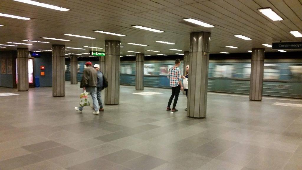 Budapest, 2017. április 1. Egy régi orosz metrószerelvény indul a Ferenciek tere metróállomásról, a 3-as Metró vonalán. MTVA/Bizományosi: Róka László  *************************** Kedves Felhasználó! Ez a fotó nem a Duna Médiaszolgáltató Zrt./MTI által készített és kiadott fényképfelvétel, így harmadik személy által támasztott bárminemû – különösen szerzõi jogi, szomszédos jogi és személyiségi jogi – igényért a fotó készítõje közvetlenül maga áll helyt, az MTVA felelõssége e körben kizárt.