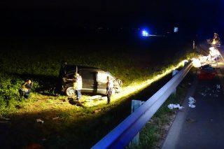 Csanádpalota, 2017. október 3. Helyszínelés 2017. október 3-án a Makó és Csanádpalota közötti úton, az M43-as autópálya felett átvezetõ felüljáró közelében, ahol felborult egy illegális bevándorlókat szállító kisbusz. A balesetben egy ember meghalt, tizenkilencen megsérültek, a sofõr életveszélyes sérüléseket szenvedett. MTI Fotó: Donka Ferenc