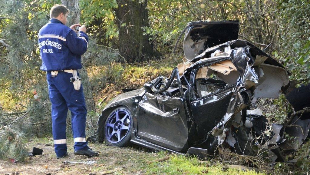 Vaja, 2017. október 14.Fának csapódott személygépkocsi a 41-es fõúton Vaja és Rohod között 2017. október 14-én. A balesetben a jármûben utazó két ember a helyszínen meghalt.MTI Fotó: Taipusz Attila