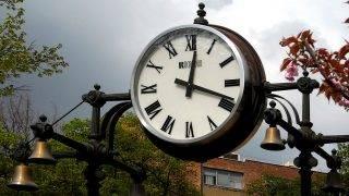 Budapest, 2017. április 5.Köztéri elektromos óra mutatja a pontos időt a Mechwart ligetben.       MTVA/Bizományosi: Jászai Csaba ***************************Kedves Felhasználó!Ez a fotó nem a Duna Médiaszolgáltató Zrt./MTI által készített és kiadott fényképfelvétel, így harmadik személy által támasztott bárminemű – különösen szerzői jogi, szomszédos jogi és személyiségi jogi – igényért a fotó készítője közvetlenül maga áll helyt, az MTVA felelőssége e körben kizárt.