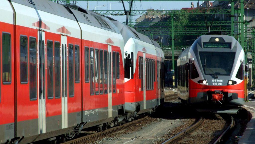 """Budapest, 2017. június 6. A MÁV Start Zrt. egyik Stadler Flirt típusú modern vasúti szerelvénye Gyõr-Tatabánya felõl megérkezik a fõváros Déli-pályaudvarára (j). A másik hasonló típusú szerelvény pedig """"zónázó"""" vonatfajtaként elindult Székesfehérvárra (b). MTVA/Bizományosi: Jászai Csaba  *************************** Kedves Felhasználó! Ez a fotó nem a Duna Médiaszolgáltató Zrt./MTI által készített és kiadott fényképfelvétel, így harmadik személy által támasztott bárminemû – különösen szerzõi jogi, szomszédos jogi és személyiségi jogi – igényért a fotó készítõje közvetlenül maga áll helyt, az MTVA felelõssége e körben kizárt."""