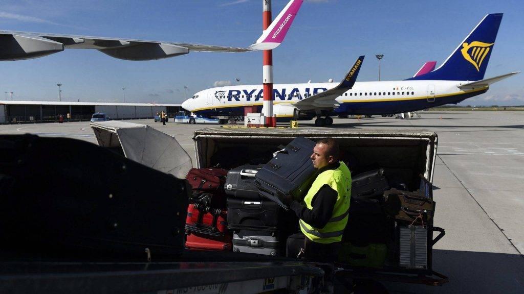 Budapest, 2017. október 5. A Wizz Air légitársaság stockholmi járatára rakodják a csomagokat a Budapest Liszt Ferenc Nemzetközi Repülõtéren 2017. október 4-én. Október végétõl változnak egyes diszkont légitársaságok kézipoggyászra vonatkozó szabályai, a Wizz Air ingyenesen enged fel egy, a korábbinál nagyobb kézipoggyászt a fedélzetre, a Ryanair fejenként kettõ helyett egy, kisméretû kézitáskát engedélyez az utastérben. MTI Fotó: Kovács Tamás