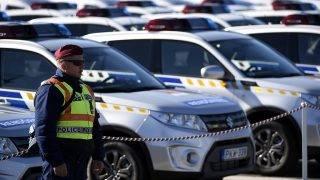 Budapest, 2017. október 9.Rendőr áll az új szolgálati járművek mellett a rendőrség állományába kinevezett tiszthelyettesek ünnepélyes eskütételén és a rendőrség új szolgálati gépjárműveinek szemléjén a fővárosi Hősök terén 2017. október 9-én.MTI Fotó: Kovács Tamás