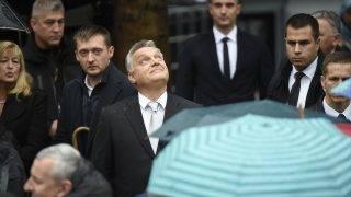 Budapest, 2017. október 23. Orbán Viktor miniszterelnök (k) az 1956-os forradalom és szabadságharc emléknapján tartott állami ünnepségen a Terror Háza Múzeum elõtt 2017. október 23-án. Mögötte Rogán Antal, a Miniszterelnöki Kabinetirodát vezetõ miniszter (b), Hajdu János, a Terrorelhárító Központ (TEK) fõigazgatója (b2) és Schmidt Mária történész, a Terror Háza Múzeum fõigazgatója (b). MTI Fotó: Kovács Tamás