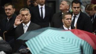 Budapest, 2017. október 23. Orbán Viktor miniszterelnök (b2) az 1956-os forradalom és szabadságharc emléknapján tartott állami ünnepségen a Terror Háza Múzeum elõtt 2017. október 23-án. Mögötte Rogán Antal, a Miniszterelnöki Kabinetirodát vezetõ miniszter (b). MTI Fotó: Kovács Tamás