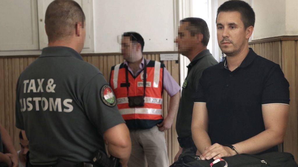 Szeged, 2017. június 15. Czeglédy Csaba ügyvéd, a baloldal szombathelyi városi képviselõje (j) a Nemzeti Adó- és Vámhivatal (NAV) munkatársai õrizetében várakozik a Szegedi Járásbíróságon 2017. június 15-én. A bíróság elrendelte egy munkaerõ-közvetítéssel foglalkozó, többmilliárd forintos adócsalással gyanúsított bûnszervezet kilenc tagja, köztük Czeglédy Csaba elõzetes letartóztatását. MTI Fotó: Bugány János