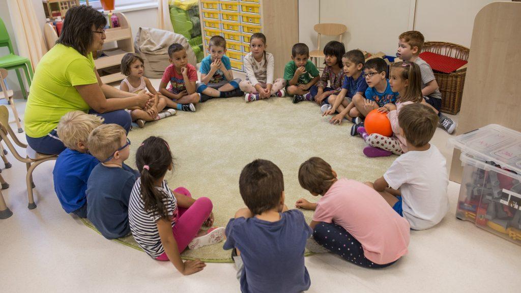 Budapest, 2016. szeptember 5. Csoportfoglalkozáson vesznek részt a gyerekek a XIII. kerületi Meséskert tagóvodában 2016. szeptember 5-én. Az energiatudatos, passzív minõsítésû intézményt 1,3 milliárd forintos költséggel hozták létre. Az épület energetikai rendszere majdnem huszadannyi energiát használ, mint amennyit egy hasonló nagyságú hagyományos épületé. Az akadálymentesített óvodában friss szûrt levegõ van, emiatt az intézmény állandóan pollen- és allergiamentes. MTI Fotó: Kallos Bea