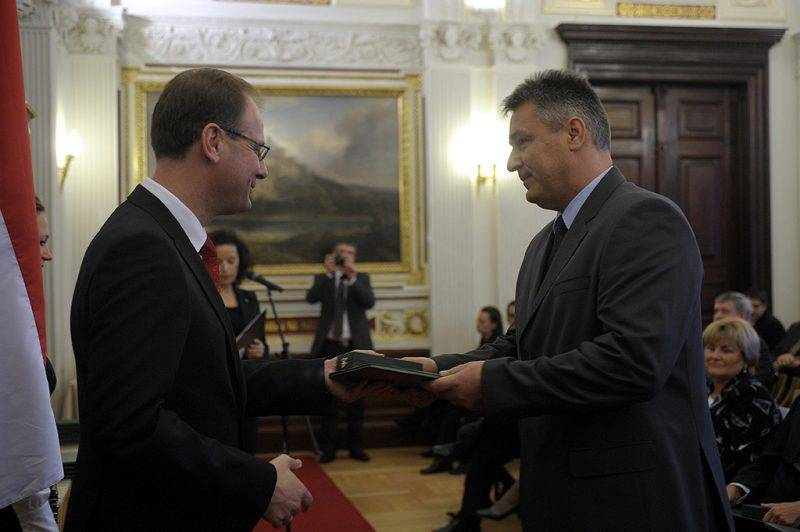 Budapest, 2010. október 23.Dr. Bedros Jonathán Róbert egészségügyi szakközgazdász, a Pest Megyei Flór Ferenc Kórház főigazgató főorvosa (j) átveszi a Magyar Köztársasági Érdemrend lovagkeresztje, polgári tagozata kitüntetést Navracsics Tibor miniszterelnök-helyettestől, közigazgatási és igazságügyi minisztertől az 1956-os forradalom és szabadságharc 54. évfordulója alkalmából tartott ünnepségen a Magyar Tudományos Akadémia székházában.MTI Fotó: Kovács Attila