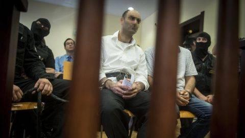 Szeged, 2017. június 15. A terrorizmus vádjával elsõ fokon tíz év fegyházbüntetésre ítélt Ahmed H. szír férfi az ügyének másodfokon történõ tárgyalásán a Szegedi Ítélõtábla tárgyalótermében 2017. június 15-én. A röszkei közúti átkelõnél 2015. szeptember 16-án történt tömegzavargásban résztvevõ férfit 2016 novemberében a Szegedi Törvényszék a határzár tömegzavargás résztvevõjeként elkövetett tiltott átlépése és állami szerv kényszerítése céljából, személy elleni erõszakos bûncselekmény elkövetésével megvalósított terrorcselekmény bûntettében mondta ki bûnösnek. MTI Fotó: Ujvári Sándor