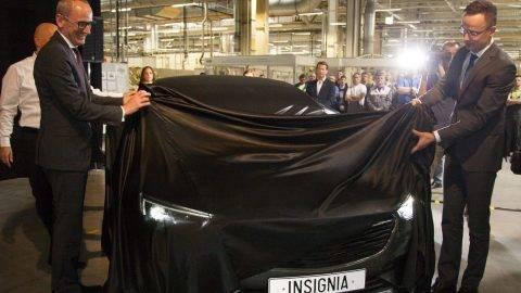 Szentgotthárd, 2017. március 29. Szijjártó Péter külgazdasági és külügyminiszter (j) és Karl-Thomas Neumann, az Opel/Vauxhall elnök-vezérigazgatója leleplez egy Insignia személyautót a szentgotthárdi Opel-gyár 25 éves jubileuma alkalmából tartott ünnepségen 2017. március 29-én. MTI Fotó: Varga György