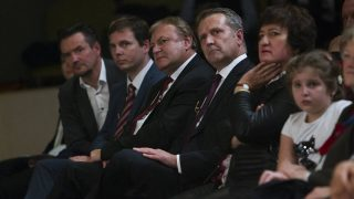 Kaposvár, 2017. október 22.Pintér Attila, az MSZP kaposvári elnöke (b), Harangozó Gábor, a Somogy Megyei Területi Szövetségének elnöke (b2), Hiller István választmányi elnök (b3), Molnár Gyula, a párt elnöke (b4) és Gurmai Zita, a Nőtagozat elnöke (b5) az 1956-os forradalom és szabadságharc 61. évfordulója alkalmából rendezett megemlékezésen az Együd Árpád Kulturális Központban Kaposváron 2017. október 22-én.MTI Fotó: Varga György