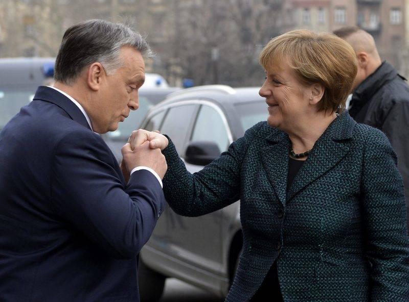 Budapest, 2015. február 2. Orbán Viktor miniszterelnök fogadja a hivatalos látogatáson Budapesten tartózkodó Angela Merkel német kancellárt a Parlament fõlépcsõjénél 2015. február 2-án. MTI Fotó: Illyés Tibor