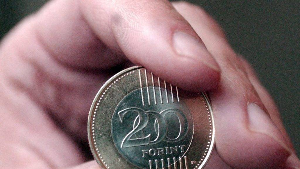 Budapest, 2009. március 10. Az érme elõoldala. Megkezdõdtek az elõkészületek az új 200 forintos érme verésére, amibõl mintegy 70 millió készül majd. A Kósa István, a Magyar Pénzverõ Zrt. fõvésnöke által tervezett új érme átmérõje 28,3 mm, súlya 9 gramm és kétfajta ötvözetbõl készül. A csere költsége már három év után megtérül és onnantól számítva évente további 1-1,5 milliárd forinttal növekszik a megtakarítás. Az új érmét várhatóan az elsõ félév végén vezetik be. MTI Fotó: Balaton József