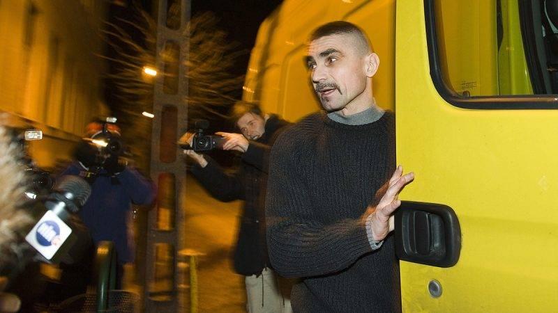 Sátoraljaújhely, 2012. január 31.Ambrus Attila, a whiskys néven elhíresült rabló beszáll az érte érkező sárga furgonba, amikor távozik a sátoraljaújhelyi börtön és fegyházból. A 46 rendbeli rablás, közte számos pénzintézet elleni fegyveres támadás miatt elítélt férfi hajnali 3 óra előtt néhány perccel hagyta el a fegyintézetet, miután letöltötte büntetését.MTI Fotó: Balázs Attila
