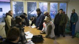 Szakoly, 2013. március 8. Közmunkások írják alá a jelenléti íveket a volt TSZ-telep irodájában, Szakolyban 2013. március 7-én. A háromezer lakosú nyírségi település különbözõ pályázatokon 300 millió forintot nyert közmunkaprogramra, amelybõl 8-12 hónapig tudnak foglalkoztatni háromszázhuszonöt embert az ötszáz foglalkoztatást helyettesítõ támogatásra jogosult munkanélküli közül. MTI Fotó: Balázs Attila