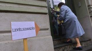 Szabadka, 2016. szeptember 19. Levélszavazatát leadni készülõ nõ érkezik a szabadkai magyar fõkonzulátusra 2016. szeptember 19-én. A magyarországi lakcímmel nem rendelkezõ választópolgárok ettõl a naptól adhatják le levélszavazataikat a külképviseleteken. MTI Fotó: Molnár Edvárd