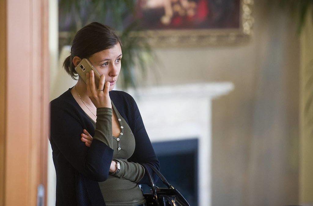 Mátraszentimre, 2017. február 15.Dúró Dóra, a Jobbik országgyűlési képviselője telefonál a párt frakcióülése előtt a mátraszentimrei Narád Hotelben 2017. február 15-én.MTI Fotó: Komka Péter