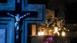 Eger, 2017. október 28.Mécsesek és virágok egy síron az egri Szent Donát temetőben a közelgő mindenszentek ünnepe és halottak napja előtt, 2017. október 28-án.MTI Fotó: Komka Péter