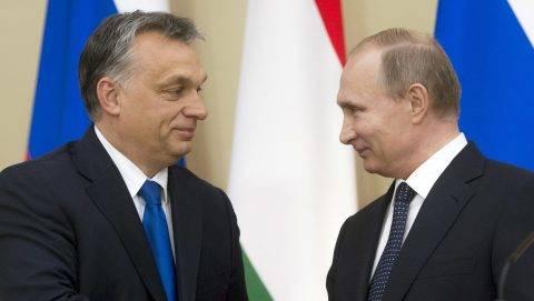 Novo-Ogarjovo, 2016. február 17. A hivatalos moszkvai látogatáson tartózkodó Orbán Viktor magyar miniszterelnök (b) és Vlagyimir Putyin orosz államfõ kezet fog a tárgyalásuk után tartott sajtótájékoztatón az orosz elnök Moszkva környéki, novo-ogarjovói rezidenciáján 2016. február 17-én. MTI Fotó: Koszticsák Szilárd