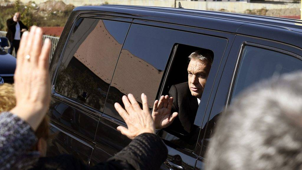 Szászfenes, 2017. október 1.Orbán Viktor miniszterelnök távozik az erdélyi Szászfenes református templomának avatóünnepségéről 2017. október 1-jén.MTI Fotó: Koszticsák Szilárd