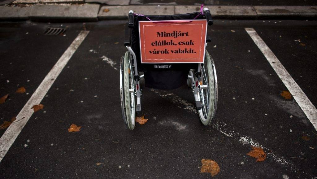 Budapest, 2014. december 3. Figyelemfelhívó felirat egy mozgássérült jármûvén a Kerekesszékkel a tilosban parkolók ellen elnevezésû akción Budapesten, az V. kerületi Nádor utcában 2014. december 3-án. MTI Fotó: Marjai János