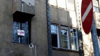 Budapest, 2011. november 28. Eladó lakást hirdetõ felirat a XIII. kerületi Katona József utcában. A következõ 12 hónapra romlottak az ingatlanpiaci kilátások. A GKI Gazdaságkutató Zrt. októberi budapesti ingatlanpiaci hangulati indexe az elõzõ, júliusihoz képest 10,8 ponttal 92 pontra esett, de 8,2 ponttal magasabb a 2009. júliusi mélyponthoz képest. A lakóingatlanok esetében országosan 1,5 százalékos csökkenést, az iroda tekintetében 0,5 százalékos emelkedést, az üzlethelyiségek esetén 1 százalékos csökkenést prognosztizálnak. A fõvárosban az új lakások ára 1,5, a használt lakásoké 2,9, a panellakásoké 3,5-4, a családi házaké pedig 3 százalékkal csökkenhet a várakozások szerint.  MTI Fotó: Marjai János