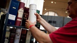 Budapest, 2012. június 16. Egy érdeklõdõ skót whiskyt fog egy standnál az Iparmûvészeti Múzeumban, ahol a Múzeumok éjszakáját Anglia és a londoni olimpia jegyében rendezik meg. MTI Fotó: Marjai János