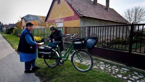 Tárkány, 2012. november 16.Postás kézbesíti egy idõs nõ nyugdíját Tárkányban 2012. november 16-án. A Komárom-Esztergom megyei községben idõközi választást tartanak november 25-én, a polgármesteri székért 3 jelölt indul.MTI Fotó: Krizsán Csaba