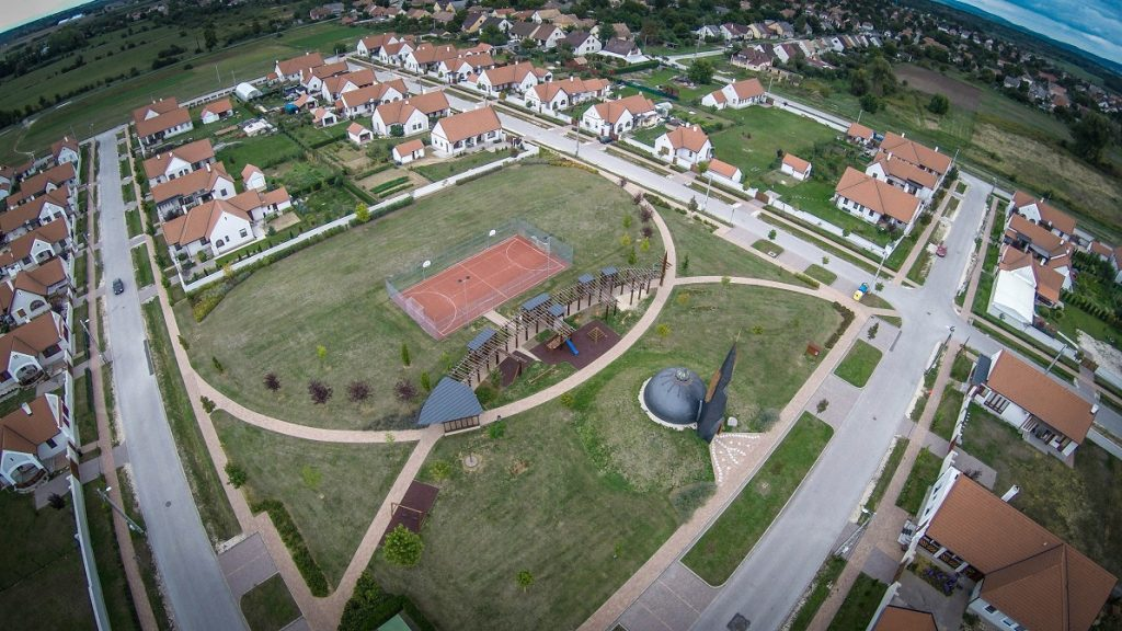 Devecser, 2015. október 1. Drónnal készült felvétel a katasztrófa után épült devecseri lakóparkról 2015. szeptember 30-án. Október 4-én lesz a vörösiszap-katasztrófa ötödik évfordulója. MTI Fotó: Ruzsa István