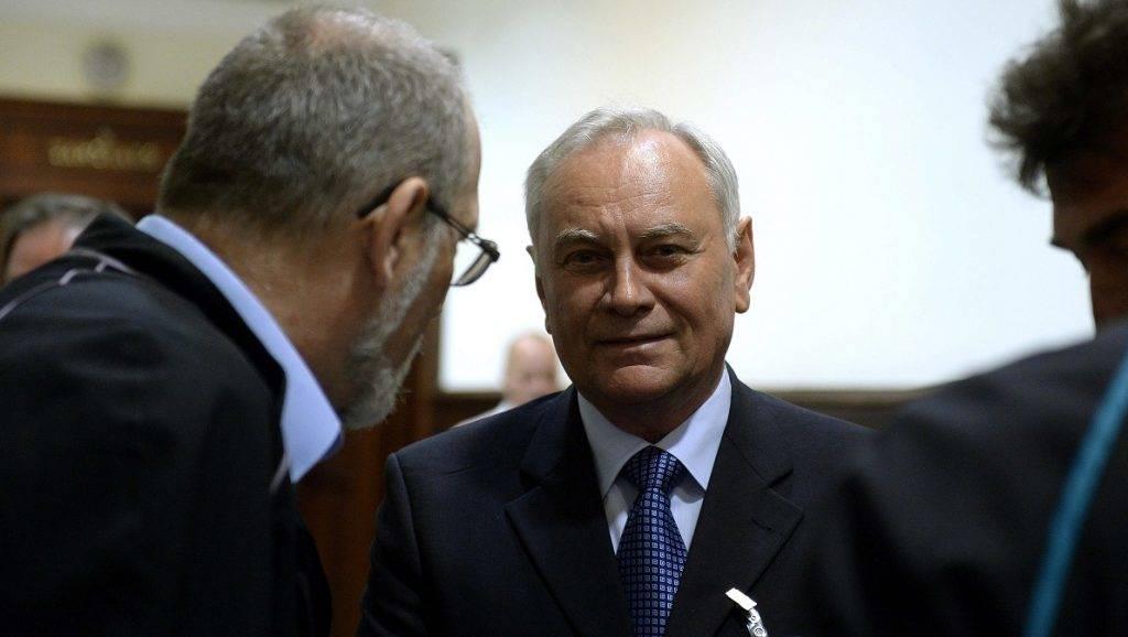 Budapest, 2015. június 5. Az egyik vádlott, Galambos Lajos, az NBH volt fõigazgatója (k) és Molnár Lajos ügyvéd (b) beszélget az úgynevezett kémügyben indult másodfokú per tárgyalásának szünetében a Fõvárosi Ítélõtábla folyosóján 2015. június 6-án. A bíróság másodfokú végzésével megsemmisítette az elsõfokú, elmarasztaló ítéletet és új eljárásra utasított a Szilvásy György volt titokminiszter, a Nemzetbiztonsági Hivatal (NBH) két korábbi vezetõje, valamint egy magánszemély ügyében kémkedés vádjával folyó büntetõperben. MTI Fotó: Bruzák Noémi