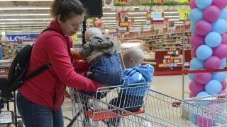 Budaörs, 2017. május 5. Egy édesanya két gyermekét ülteti be egy speciális bevásárlókocsiba az Auchan Esélyegyenlõségi Világnap sajtótájékoztatója után az Auchan budaörsi áruházában 2017. május 5-én. Az eseményen bemutattak két speciális bevásárlókocsit, amelyek a kisgyermekes családoknak és mozgássérülteknek nyújt segítséget, illetve egy elektromos bevásárlómopedet, amelybõl az áruházlánc egyet-egyet üzembe helyez országszerte. MTI Fotó: Soós Lajos