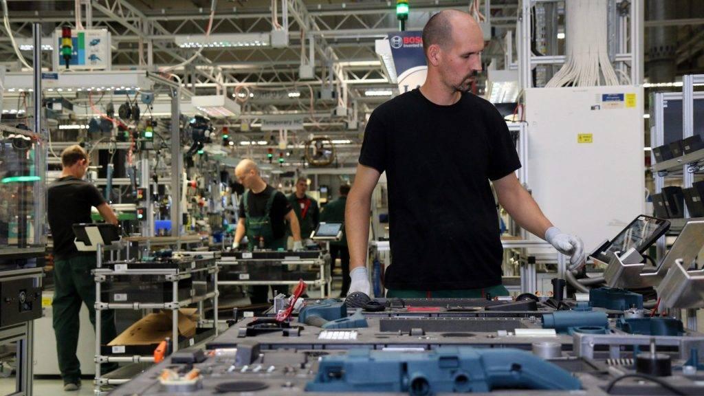 Miskolc, 2017. október 5. Dolgozók a Robert Bosch Power Tool Kft. és Robert Bosch Energy and Body Systems Kft. miskolci üzemében 2017. október 5-én. Ezen a napon avatták fel a Bosch összesen mintegy 290 millió forint kormányzati támogatással megvalósuló miskolci tanmûhelyfejlesztéseit a borsodi megyeszékhelyen lévõ vállalat 15. születésnapján. MTI Fotó: Vajda János