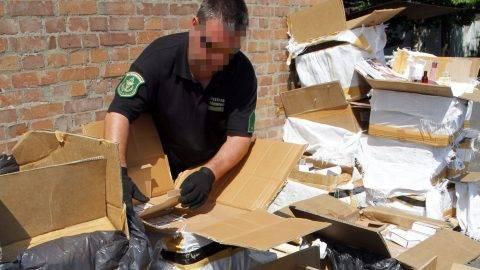 Miskolc, 2015. július 17. Lefoglalt, 428 millió forint összértékû hamis parfümszállítmány a Nemzeti Adó- és Vámhivatal (NAV) Észak-Magyarországi Regionális Vám- és Pénzügyõri Fõigazgatóságán Miskolcon 2015. július 17-én. A NAV munkatársai az M3-as autópályán egy lengyel kamion ellenõrzésekor találták meg a hamis termékeket. MTI Fotó: Vajda János
