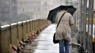 Budapest, 2010. május 13. Egy gyalogos halad esernyõvel a kezében a Margit hídon, miután vihar tört ki Budapesten. MTI Fotó: Beliczay László
