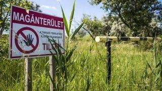 Almásfüzitõ, 2016. május 31. Bejárat az egykori Almásfüzitõi Timföldgyár tározóihoz 2016. május 31-én. A Tatai Környezetvédelmi Zrt. a vörösiszapot mesterséges talajjal fedi be. Ma már a tározók jelentõs részét növényzet borítja, a kihelyezett fedõrétegen újraéledt a természet, állatok vették birtokba a területet. MTI Fotó: Bodnár Boglárka
