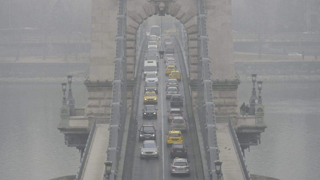 Budapest, 2017. február 15. Gépjármûvek közlekednek a szmogos, ködös idõben a Lánchídon 2017. február 15-én. Budapesten ismét elrendelte Tarlós István fõpolgármester a szmogriadó tájékoztatási fokozatát, miután a mérõállomásokon a szálló por légszennyezettségi szintje február 13-án három, 14-én pedig négy mérõponton meghaladta a tájékoztatási küszöbértéket. MTI Fotó: Balogh Zoltán
